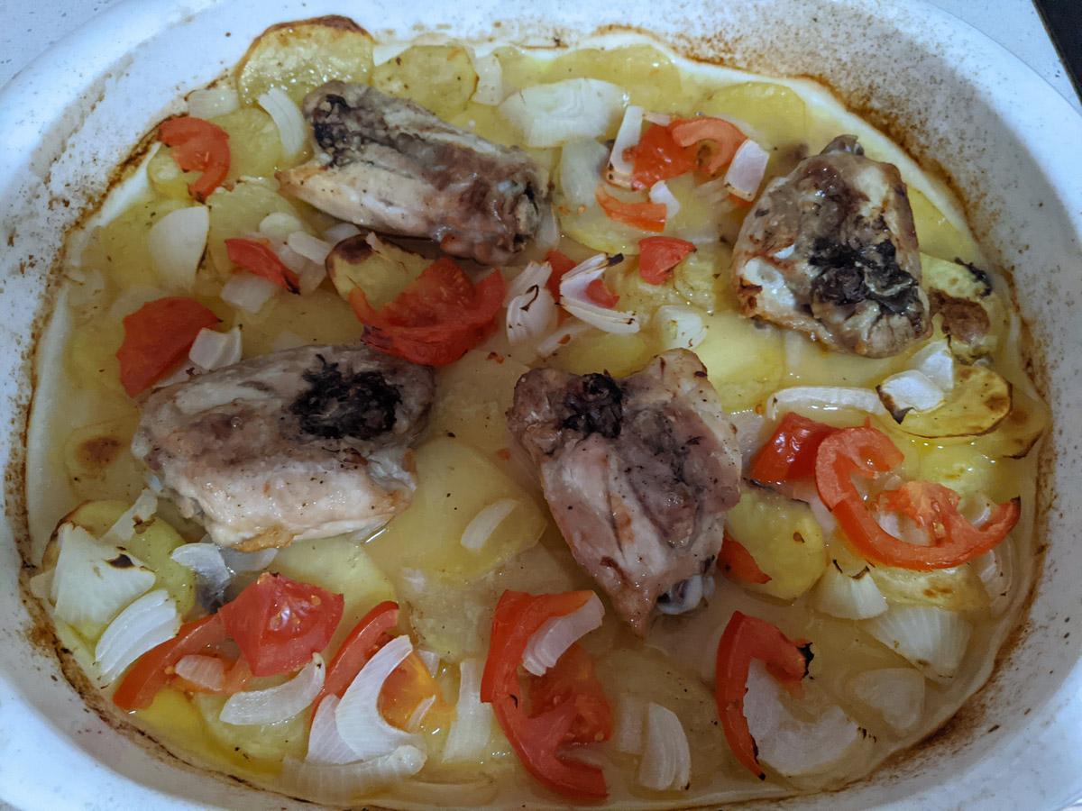 Receta de pollo al horno con patatas y cebolla